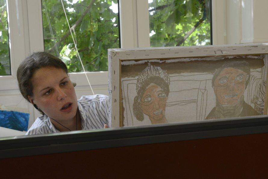 Britt Damsma aan het werk in het atelier
