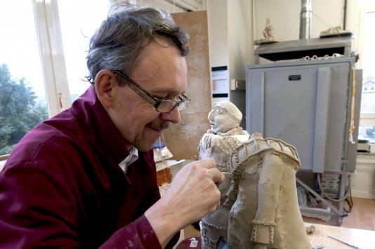 Mark Veen aan het werk in het atelier